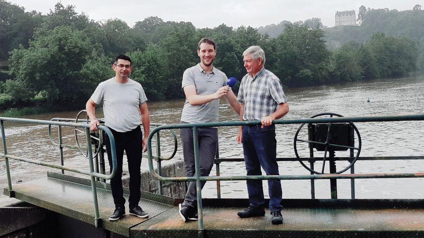 A l'écluse de la Bénâtre à Origné avec le maire Daniel Piednoir et Mickaël Bigot