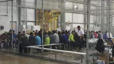 Des cages comme celles-ci contiennent jusqu'à 20 enfants.