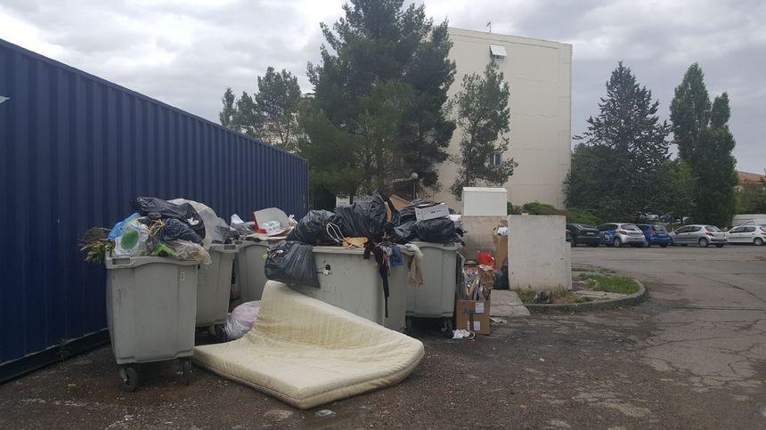 Des poubelles qui débordent continuellement