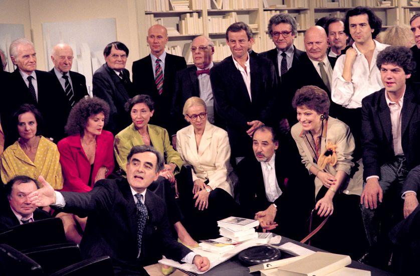 """Le 22 juin 1990, après 724 numéros, Bernard Pivot présente la dernière de l'émission littéraire """"Apostrophes""""."""