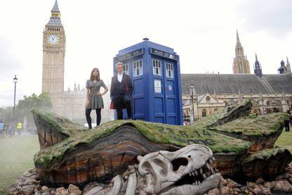 Le Doctor Who , ici dans les épisodes de 2014, était incarné par Peter Capaldi et accompagné de Jenna Colema. Et toujours, le Tardis,  une machine à voyager dans le temps et l'espace habilement camouflée en cabine de police britannique