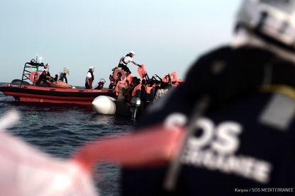 Une photo prise dans la zone de recherche et de sauvetage de la Méditerranée le 9 juin 2018 et publiée le 11 juin 2018 par l'ONG SOS Mediterranee montre que des migrants ont été secourus avant d'embarquer sur le navire de l'ONG française Aquarius.