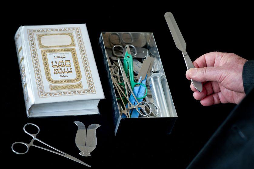 Un rabbin présente les instruments chirurgicaux pour la circoncision à la communauté juive de Hof, dans le sud de l'Allemagne en 2012