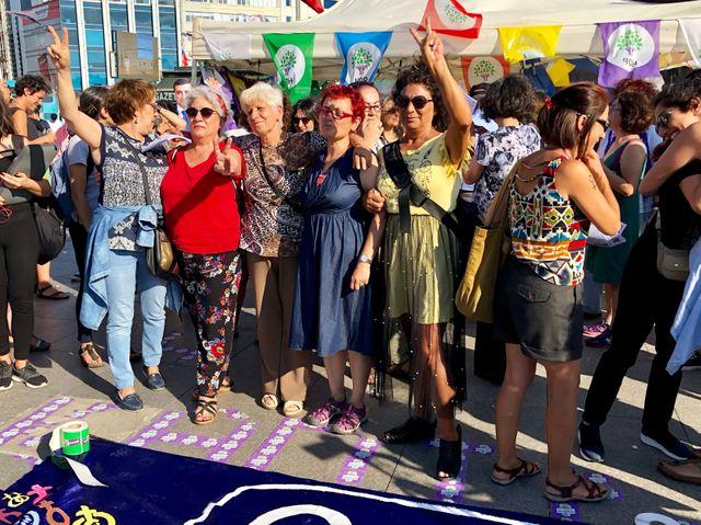 Féministes turques qui manifestent pour leurs droits