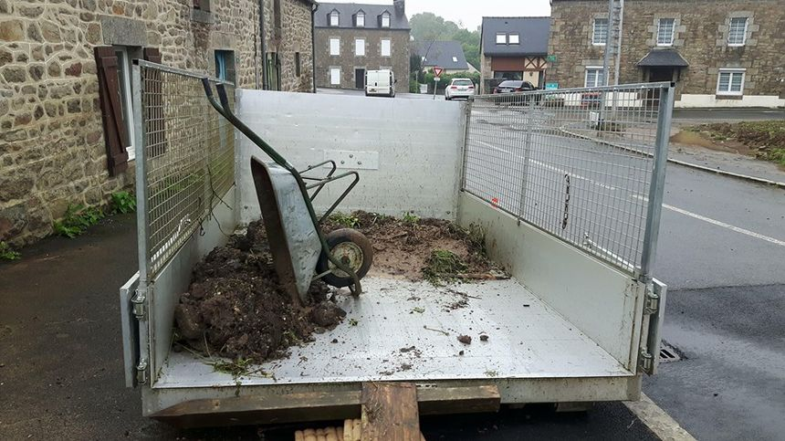 La benne installée devant chez Sébastien, un sinistré