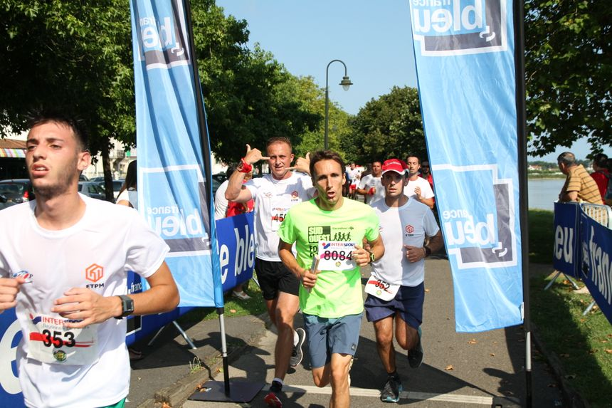 Les concurrents de la foulée du Festayre aux Fêtes de Bayonne passent au kilomètre France Bleu