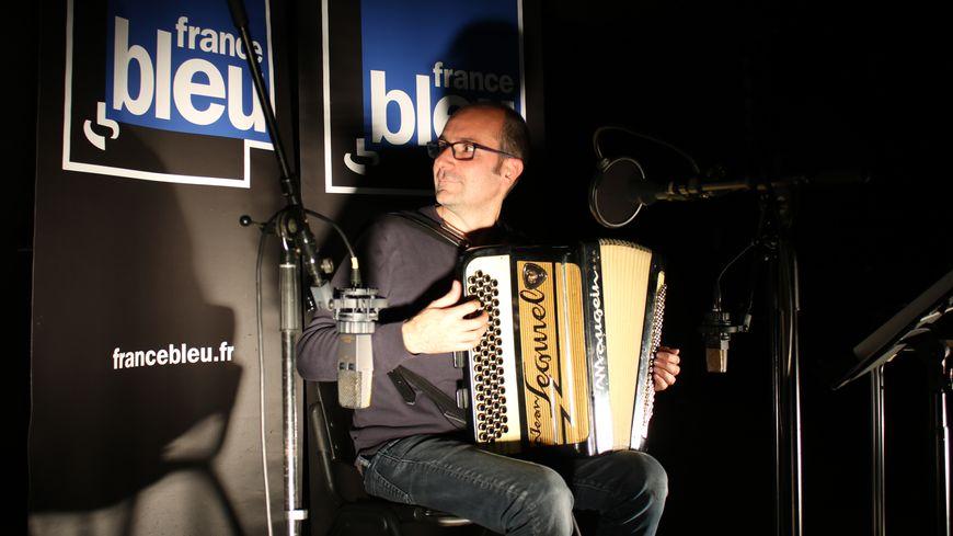 Sebastien Farge joue sur un des accodéons de Jean Segurel