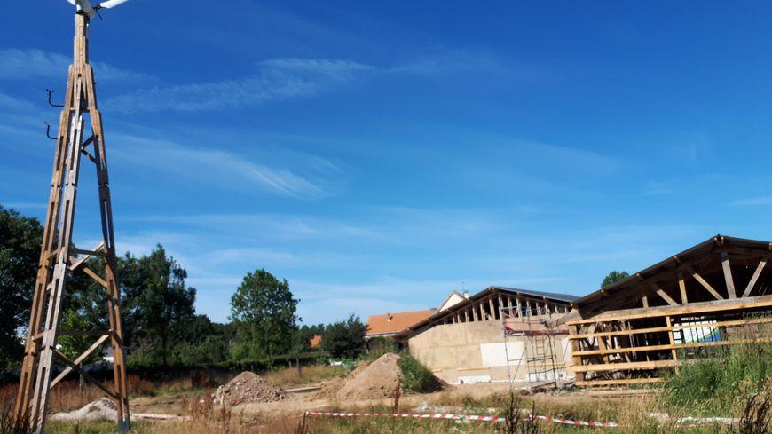 La future base technique de la Maison du parc est un bâtiment ossature bois, alimenté en électricité par une éolienne et des panneaux solaires.