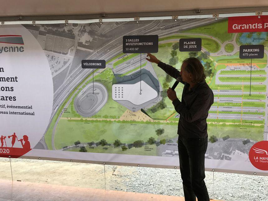 L'architecte d'Espace Mayenne, Yves Arnod, présente le projet.