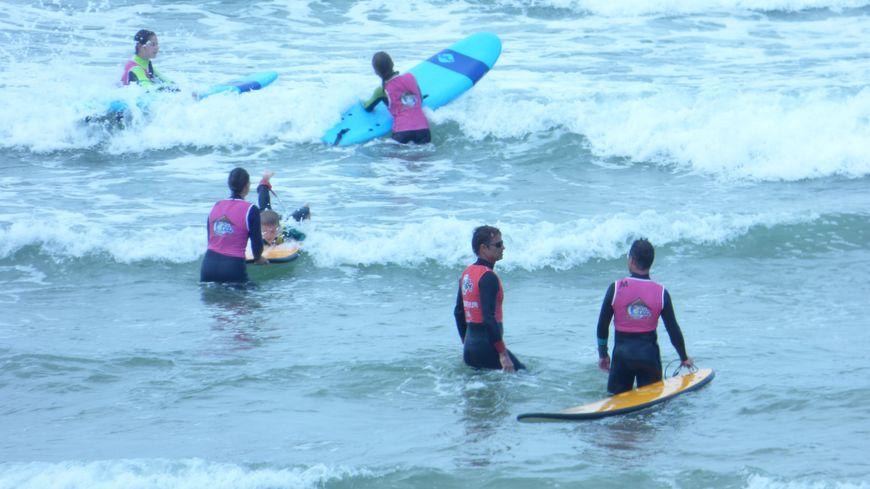 école de surf de la dune en action à Messanges Plage