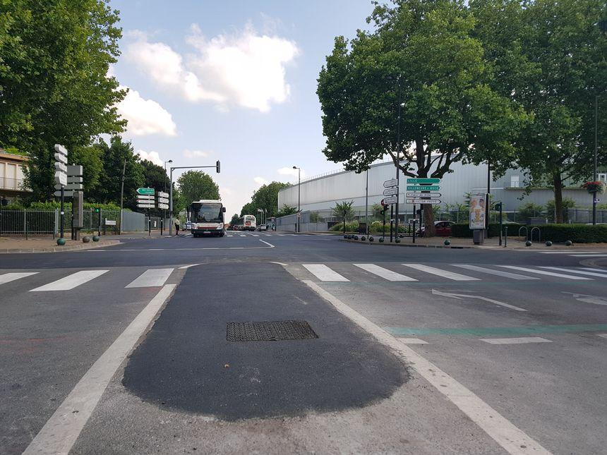 Le bitume tout neuf de l'avenue Van der Meersch, avec un ilôt central enlevé pour le passage des coureurs