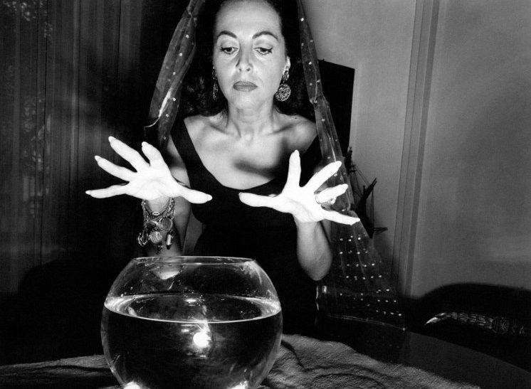 La voyante prédit l'avenir dans sa boule de cristal - photographie 1960