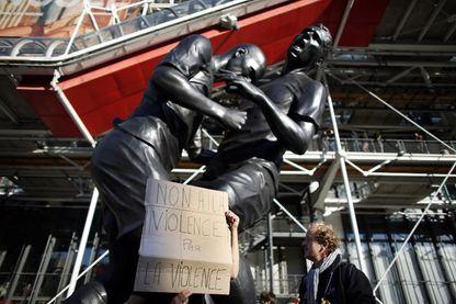 L'oeuvre exposée devant le Centre Pompidou en 2012... et dénoncée par un manifestant