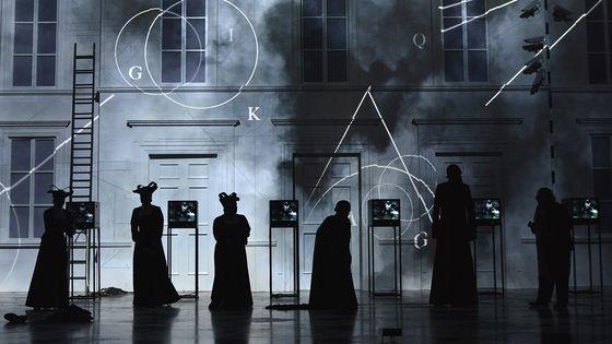 Mise en scène de La Flûte Enchantée par Netia Jones, en mai 2018, au Garsington Opera de Wormsley (Grande-Bretagne).