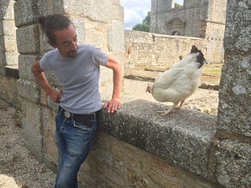 Manuel Senra et l'une des 11 Roxane, avant une prise à l'Abbaye de Coat-Mallouen (22).