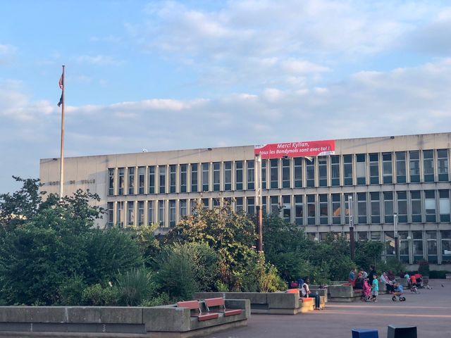 La mairie de Bondy affiche en grand son soutien pour l'attaquant qui défendra les couleurs de la France dimanche face à la Croatie.