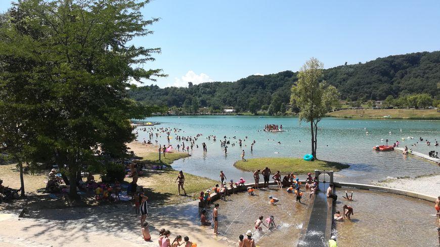 Le lac de Champos, près de Saint-Donat-sur-l'Herbasse attire les vacanciers en quête de fraîcheur.
