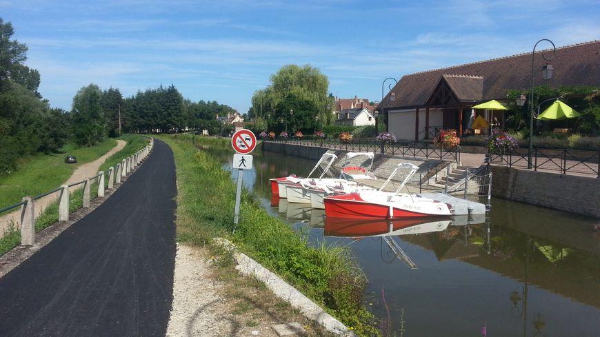 Les berges du canal de Berry, aménagées pour les cyclistes à Drevant, près de St-Amand-Montrond.