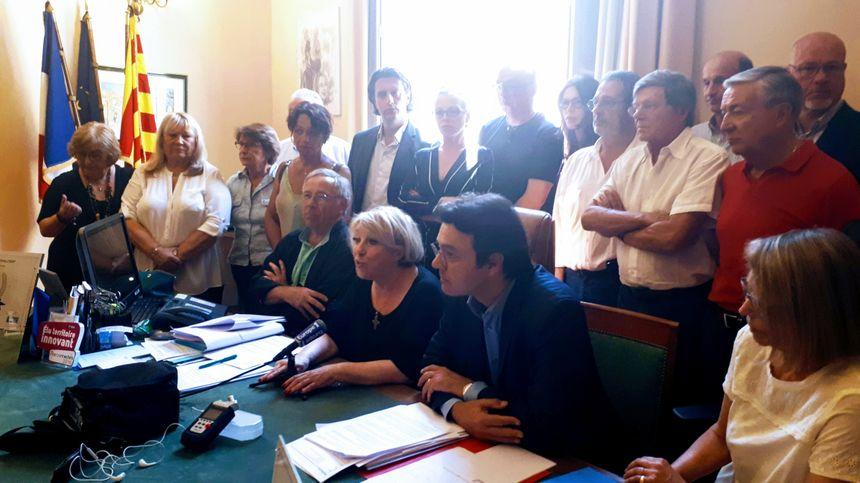 La maire d'Aix Maryse Joissains-Masini et les élus du conseil municipaux, face à la presse, après la condamnation de l'élue à 1 an de prison avec sursis et 10 ans d'inégibilité