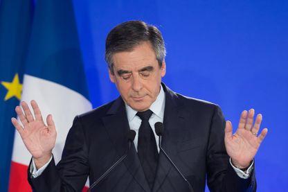 Le candidat des Républicains François Fillon prononce un discours après sa défaite au premier tour des élections présidentielles, le 23 avril 2017.