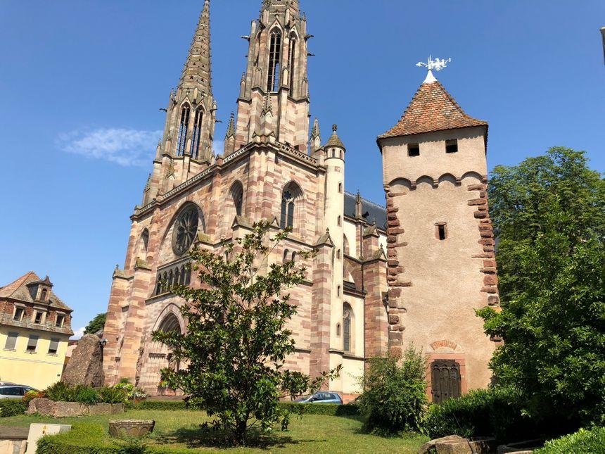 L'église Saints-Pierre-et-Paul et la Tour des serpents