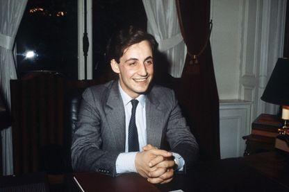 Nicolas Sarkozy, 28 ans, s'adresse le 29 avril 1983 à l'Hôtel de Ville de Neuilly-sur-Seine à ses supporteurs après son élection au poste de maire, en remplacement d'Achille Peretti , son père spirituel.