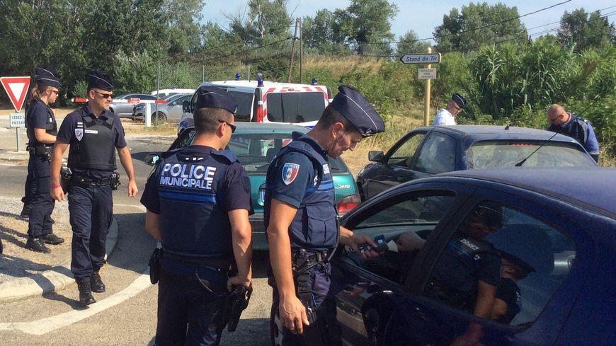Police nationale et police municipale en opération de contrôle.