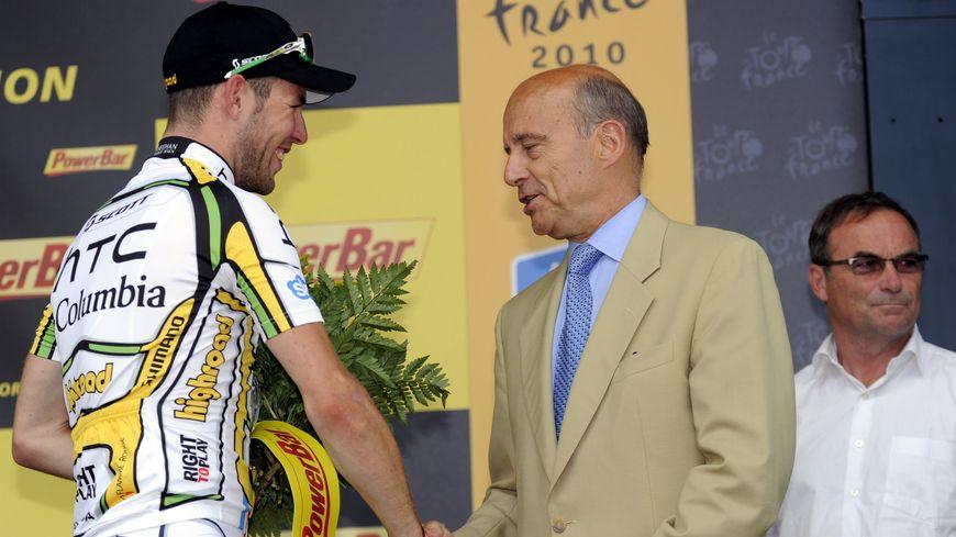 Vainqueur à Bordeaux en 2010, Mark Cavvendish salue Alain Juppé sur le podium.