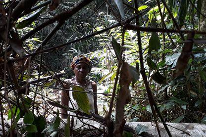 Louisette dans la forêt dans le Sud du Cameroun.