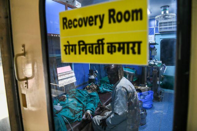 Le patient de 38 ans se repose une chirurgie d'un cancer de la bouche et de la gorge à bord du Lifeline Express à une gare de l'Etat Rajasthan