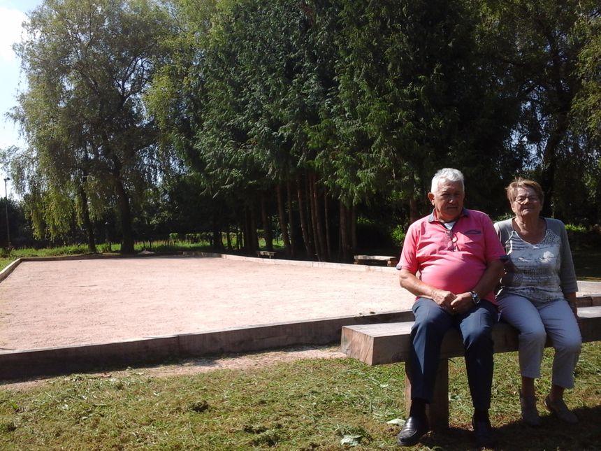 Christian et Christian Mazard, du club Amitié et Rencontre, devant le terrain de boules, pour une vraie vie de village