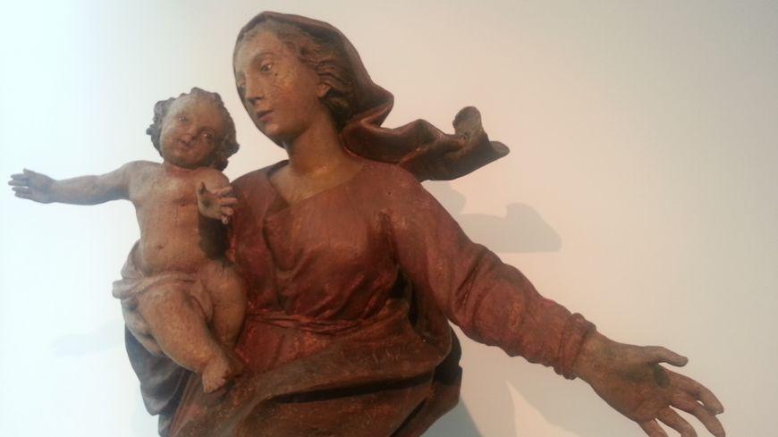 """La """"Vierge à l'enfant"""", provenant des Hospices civils, classée au titre des monuments historiques, dérobée en 1979 et retrouvée en 2016 en Italie, retrouve un écrin au musée des Beaux-Arts"""