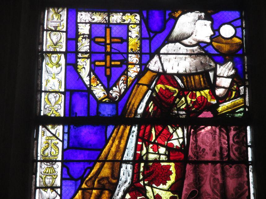 Un vitrail de l'église de Vézélise avec sa Croix de Lorraine