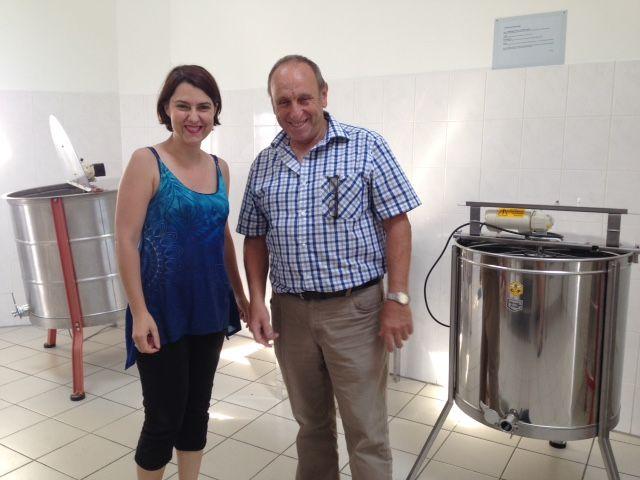 Stéphanie Guimier et Christian Joost, président de la miellerie d'Artolsheim