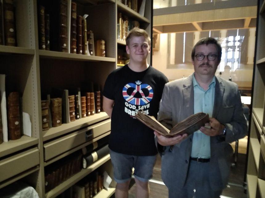 Clément Dorffer pose fièrement aux côtés de Laurent Naas, responsable scientifique