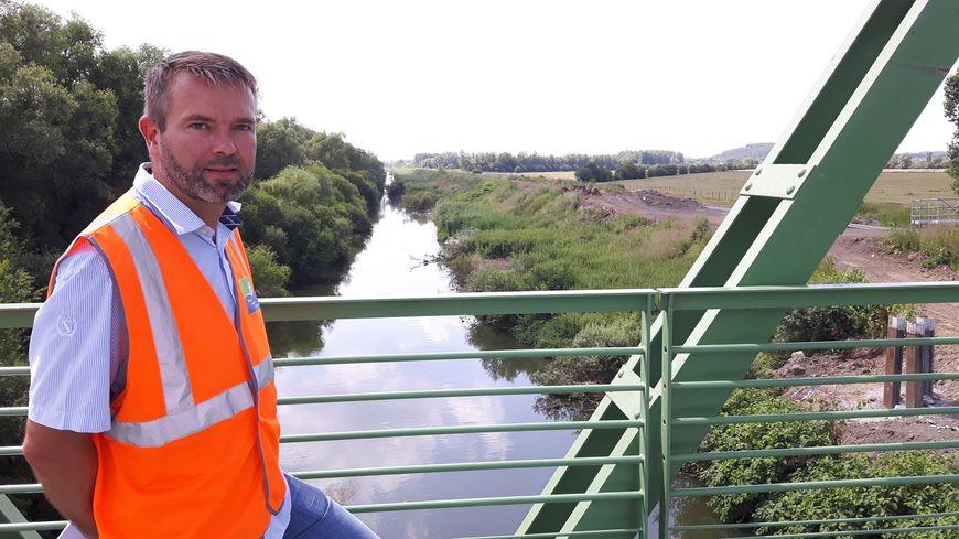 Stéphane Desbuisson chargé d'opération au service maitrise d'ouvrage de VNF face au canal