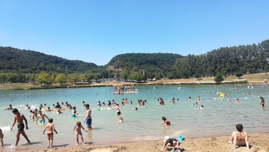 Petits et grands savourent la fraîcheur de l'eau, dans la zone de baignade du lac de Champos.