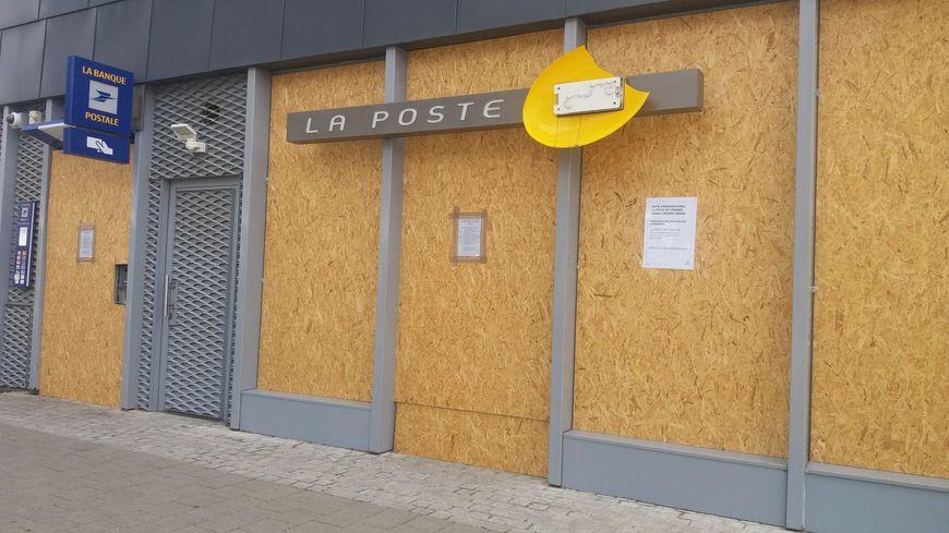 Après les émeutes le bureau de poste quartier malakoff à nantes