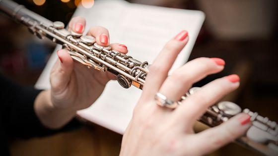 La flûtiste était payée 70 000 dollars de moins que le hautboïste de l'orchestre.