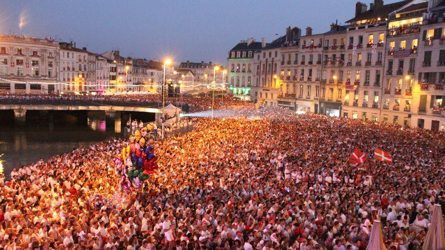 les festayres place de la Liberté lors de l'ouverture des Fêtes de Bayonne