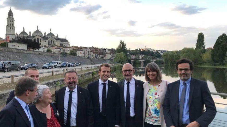 Le Président Emmanuel Macron entouré des députés de la Dordogne, de Jacqueline Gourault et du maire de Périgueux