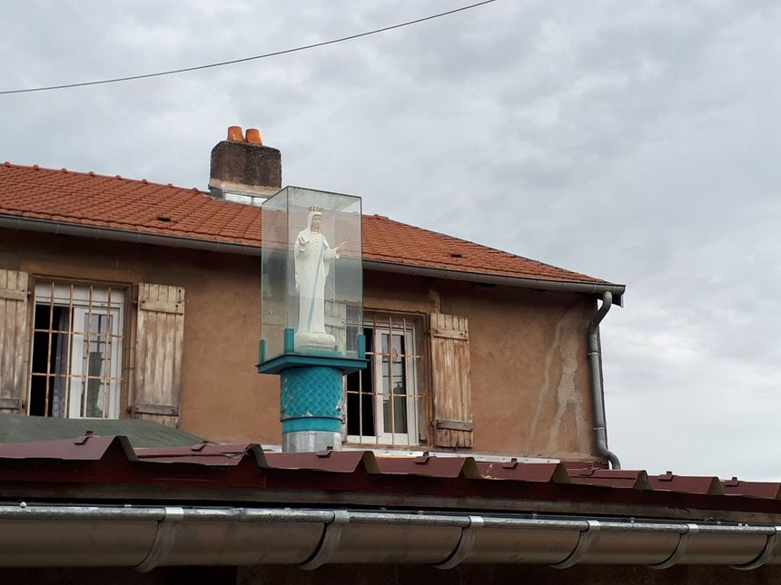 Une vierge installée sur le toit du mini-vatican de Clémery