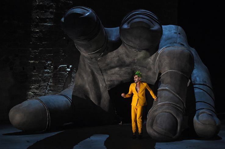 """Thomas Jolly est Atrée, dans la pièce """"THYESTE."""" d'après l'oeuvre de Sénèque."""