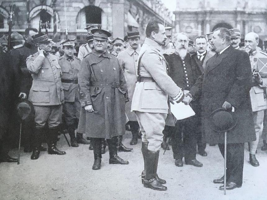 Le général Jozef Haller (à gauche) serre la main du maire de Nancy en octobre 1918 sur la place Stanislas