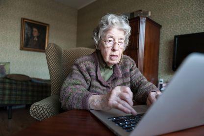 Senior de 97 ans devant un ordinateur