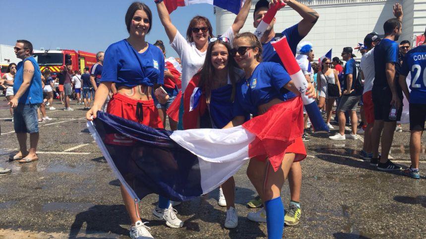 Des centaines de supporters affluent vers le parc Chanot à Marseille pour suivre la finale de la Coupe du monde 2018 France-Croatie dans la fanzone.
