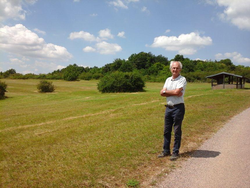 Hugues Pinston au départ du Sentier du Mont au beau milieu de la ZNIEF (Zone Naturelle d'Intérêt Ecologique Faunistique et Floristique)