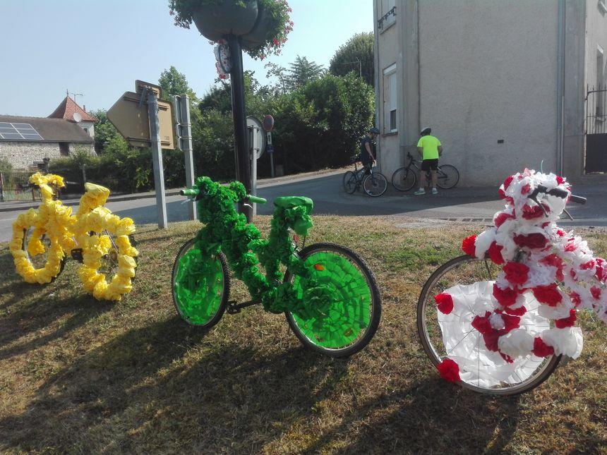 Deux cyclistes viennent de s'arrêter pour prendre en photo les vélos confectionnés par les enfants