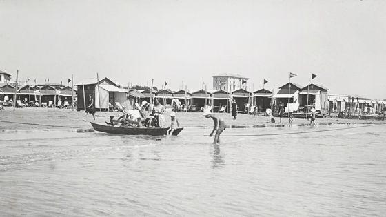 Venice, les cabines de la plage du Lido. Vers 1930.  (Photo Imagno/Getty Images)