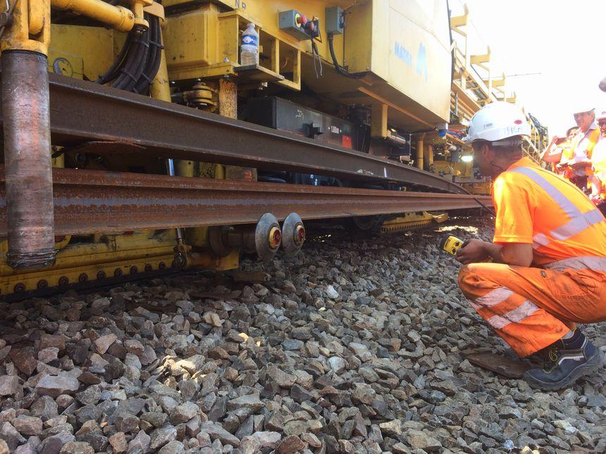 Changement des rails sous la surveillance des experts de SNCF Réseau - Radio France